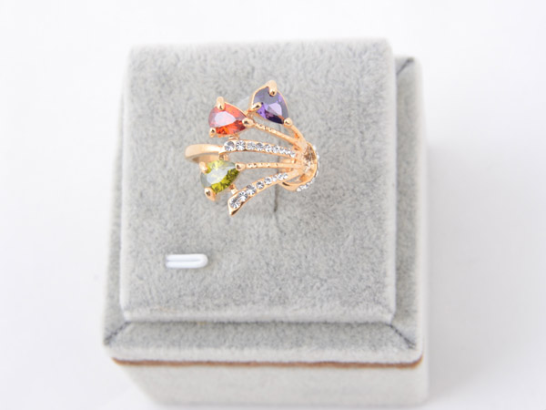 Кольцо со вставками из кристаллов Сваровски разных цветов арт. B104